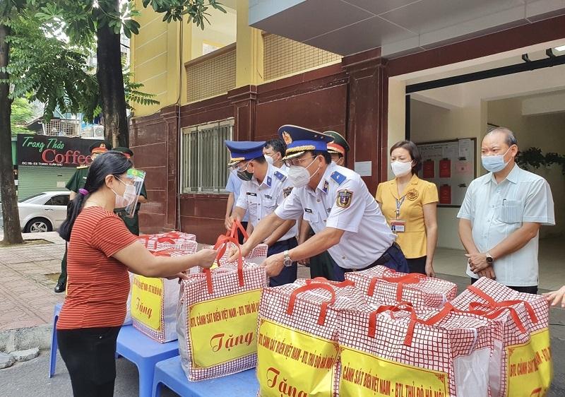 Đại diện lãnh đạo Bộ Tư lệnh Cảnh sát biển, Bộ Tư lệnh Thủ đô Hà Nội trao quà cho các gia đình phường Thanh Xuân Bắc