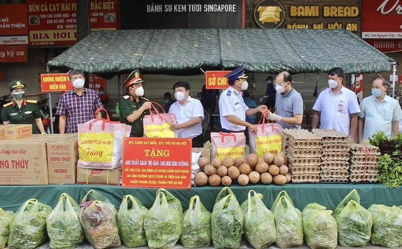 Đại diện lãnh đạo quận Thanh Xuân và phường Thanh Xuân Trung tiếp nhận hỗ trợ