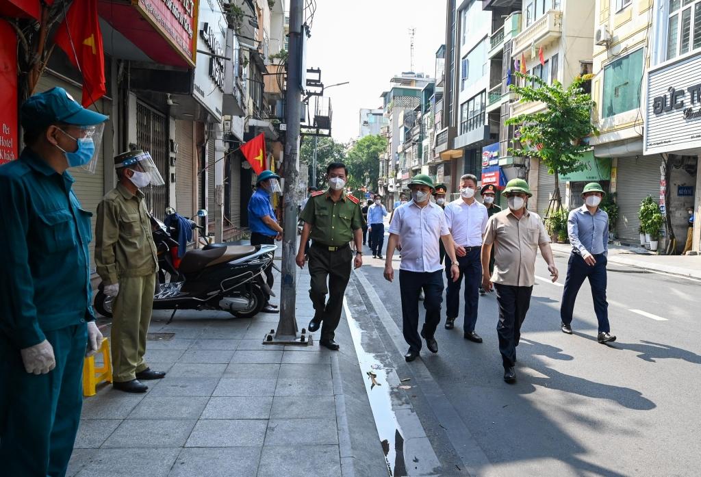Bí thư Thành ủy Đinh Tiến Dũng thị sát công tác thực hiện cách ly tại phường Văn Miếu và phường Văn Chương