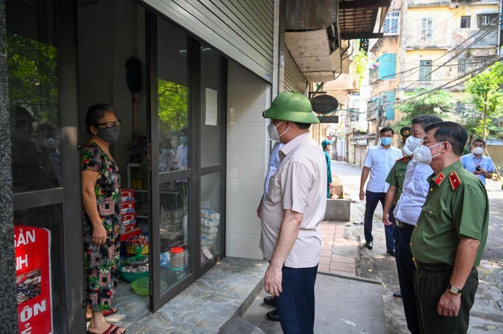 Bí thư Thành ủy Đinh Tiến Dũng kiểm tra tình hình cung cấp nhu yếu phẩm cho người dân