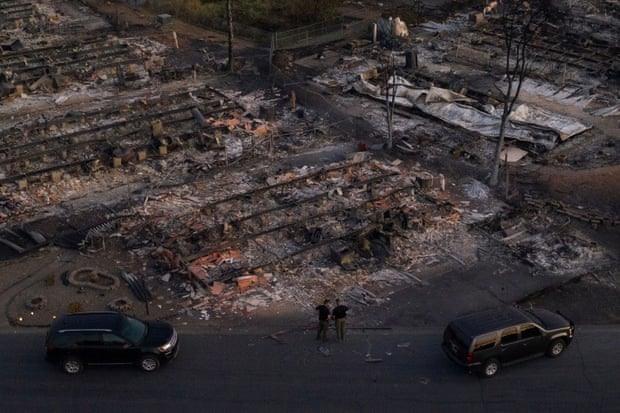 Lực lượng an ninh khảo sát một khu phố bị tàn phá bởi đám cháy Almeda ở Phoenix, Oregon, Mỹ. Ảnh: Reuters.