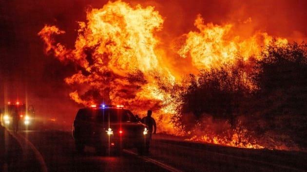 Một nhân viên thực thi pháp luật quan sát đám cháy rừng lan rộng trong đám cháy Bear ở Oroville, California. Ảnh: AFP.