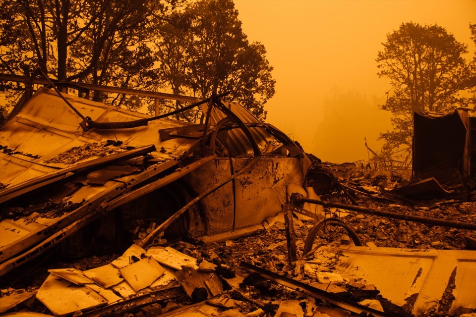 Sắc trời chuyển màu cam và những tàn tích sau đám cháy Santiam ở Gates, Oregon, Mỹ hôm 10.9. Ảnh: AFP.