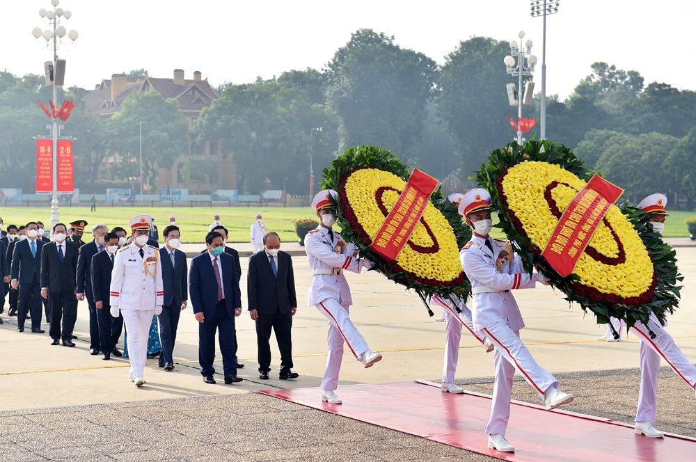Đoàn đại biểu Ban Chấp hành Trung ương Đảng, Chủ tịch nước, Quốc hội, Chính phủ, Ủy ban Trung ương MTTQ Việt Nam vào Lăng viếng Chủ tịch Hồ Chí Minh. Ảnh: Nhật Bắc