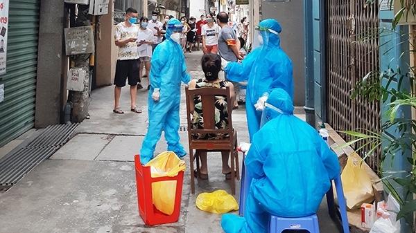 """Tối nay (1/9), Hà Nội di dời bớt người dân ra khỏi """"ổ dịch"""" Thanh Xuân Trung"""