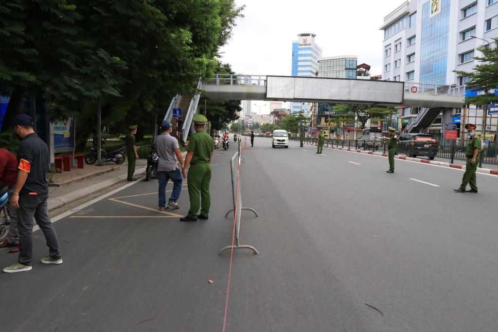 Tổ công tác liên ngành lập chốt tại phố Tây Sơn kiểm soát người đi đường không có lý do chính đáng