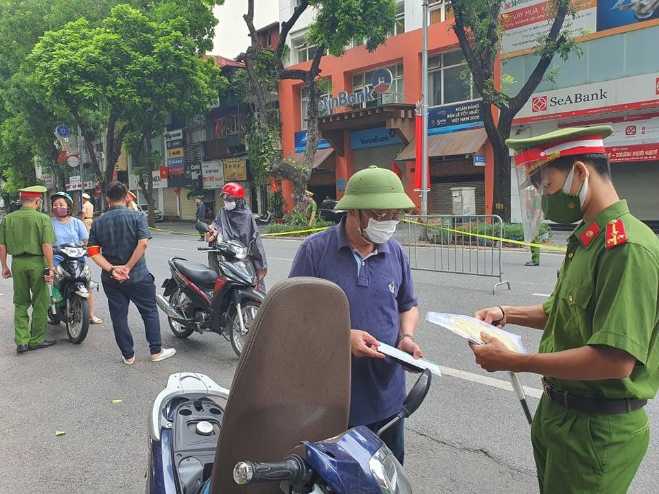 Tổ công tác liên ngành lập chốt kiểm tra trên phố Bà Triệu
