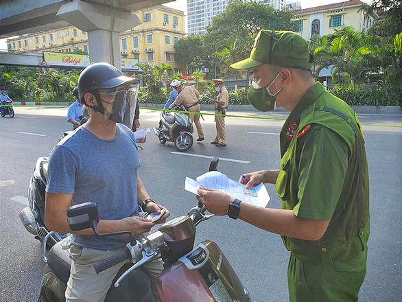 ảnh sát kiểm tra giấy đi đường của người tham gia giao thông -