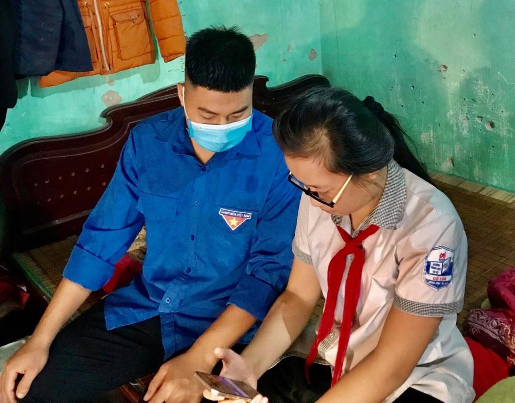 Thanh niên Đông Anh hỗ trợ công nghệ cho học sinh