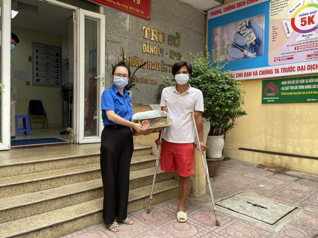 Chị Nguyễn Thu Phương, Bí thư Đoàn phường Ba Đình trao tặng như yếu phẩm đến người khó khăn