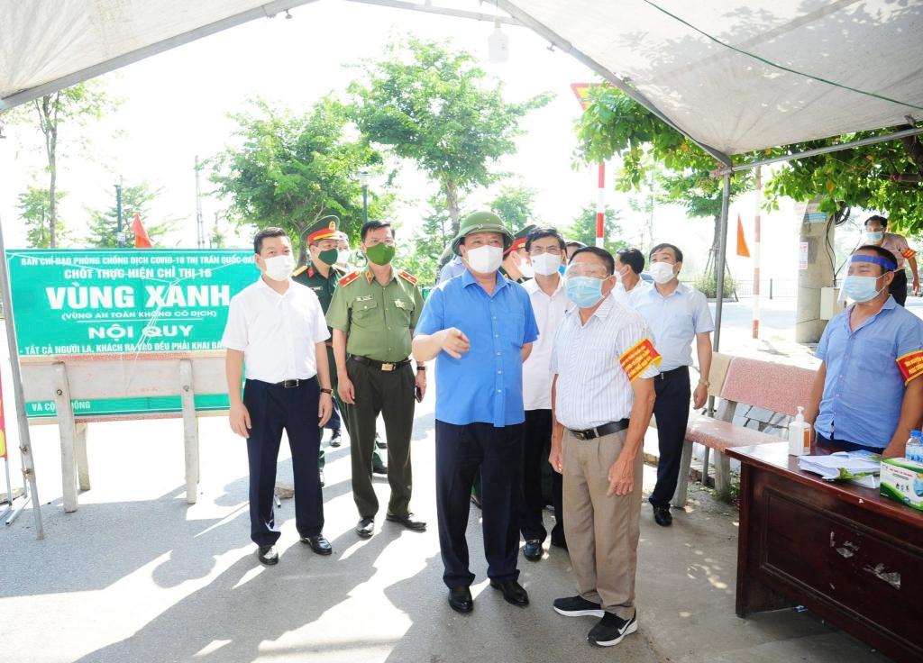 Bí thư Thành ủy Đinh Tiến Dũng kiểm tra chốt kiểm soát chống dịch trên địa bàn huyện Quốc Oai
