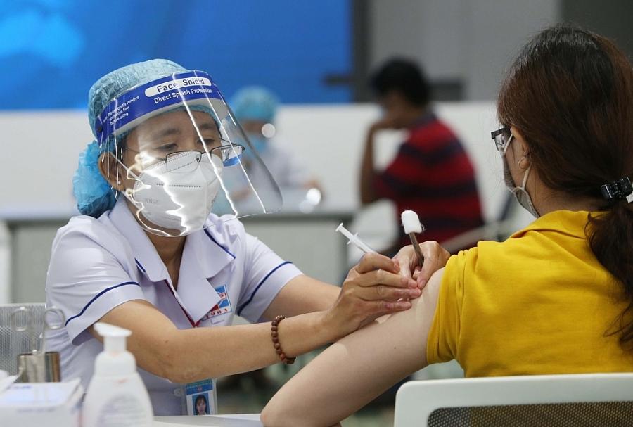 Nhân viên y tế tiêm vắc xin cho người dân