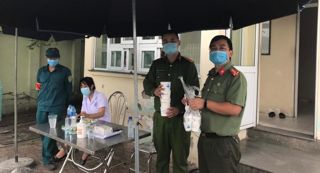 Đại úy Nguyễn Tùng Anh (trái)