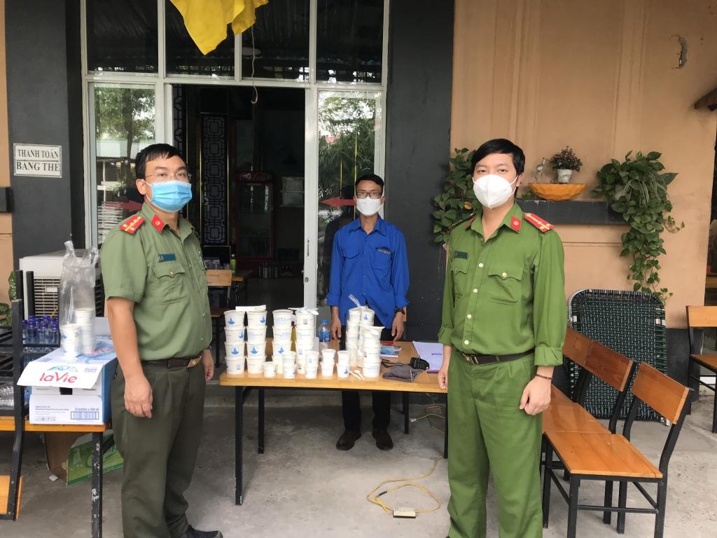 Đại úy Nguyễn Tùng Anh (phải) tặng quà cho các chốt trực trên địa bàn huyện Đông Anh