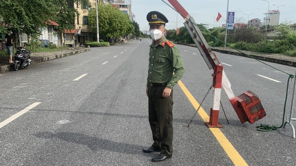 Thượng uý Nguyễn Thành Trung tại chốt phong toả xã Kim Chung, Đông Anh