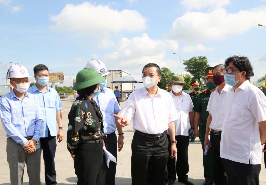 Chủ tịch UBND TP Hà Nộ Chu Ngọc Anh kiểm tra công tác phòng, chống dịch Covid-19 tại chốt kiểm soát dịch