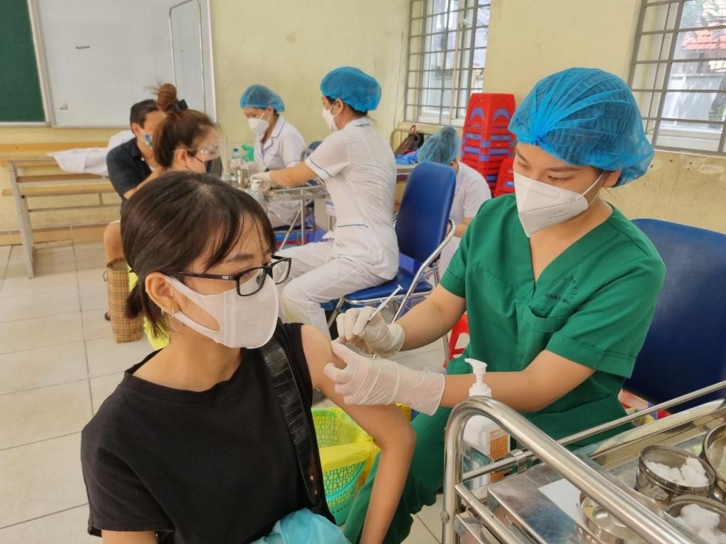 Hà Nội yêu cầu ứng trực 24/24/7, tập trung cao độ xét nghiệm và tiêm vắc xin