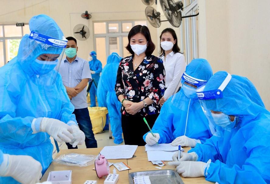 Phó Bí thư Thường trực Thành ủy Hà Nội Nguyễn Thị Tuyến kiểm tra công tác lấy mẫu xét nghiệm Covid-19 cho người dân trên địa bàn quận Hà Đông