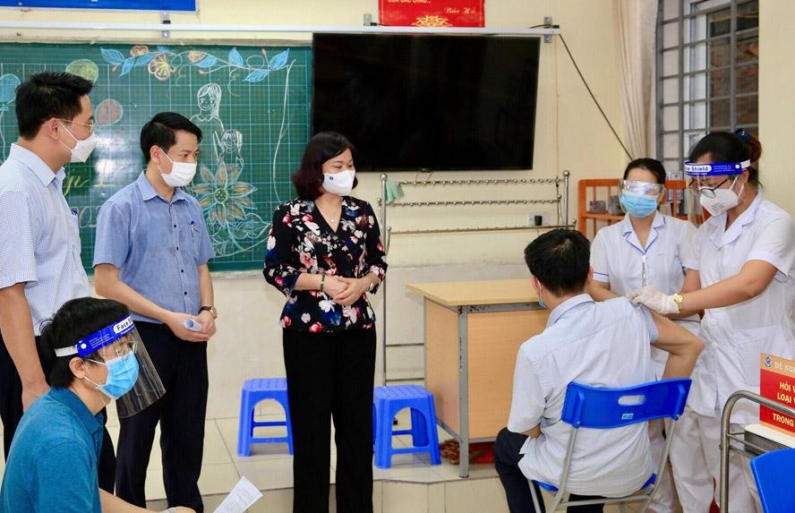 Phó Bí thư Thường trực Thành ủy Hà Nội Nguyễn Thị Tuyến kiểm tra công tác tiêm vắc xin phòng Covid-19 cho người dân trên địa bàn quận Hà Đông