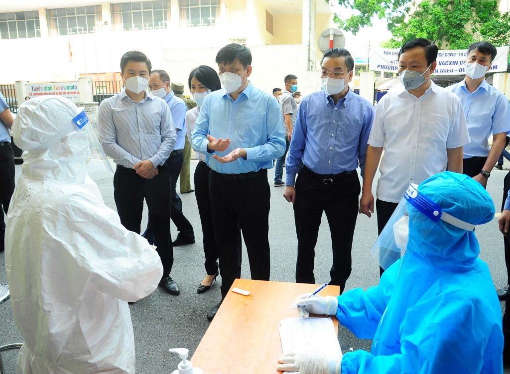 Lãnh đạo Bộ Y tế, TP Hà Nội và quận Đống Đa động viên đoàn y bác sĩ Phú Thọ hỗ trợ công tác tiêm chủng tại quận Đống Đa