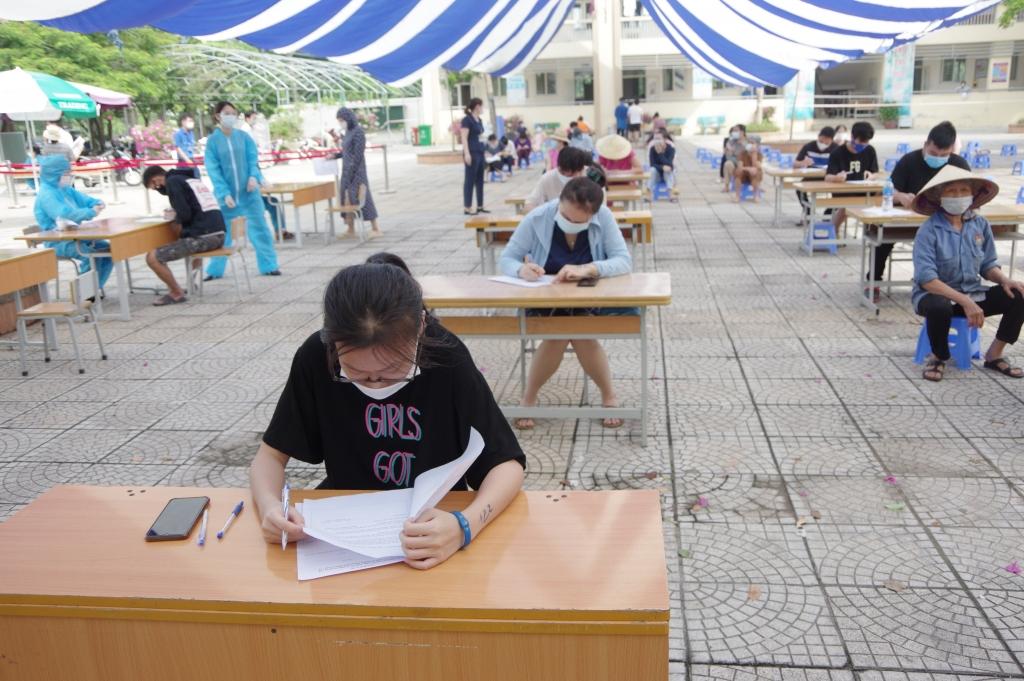 Người dân quận Long Biên kê khai thông tin trước khi tiêm