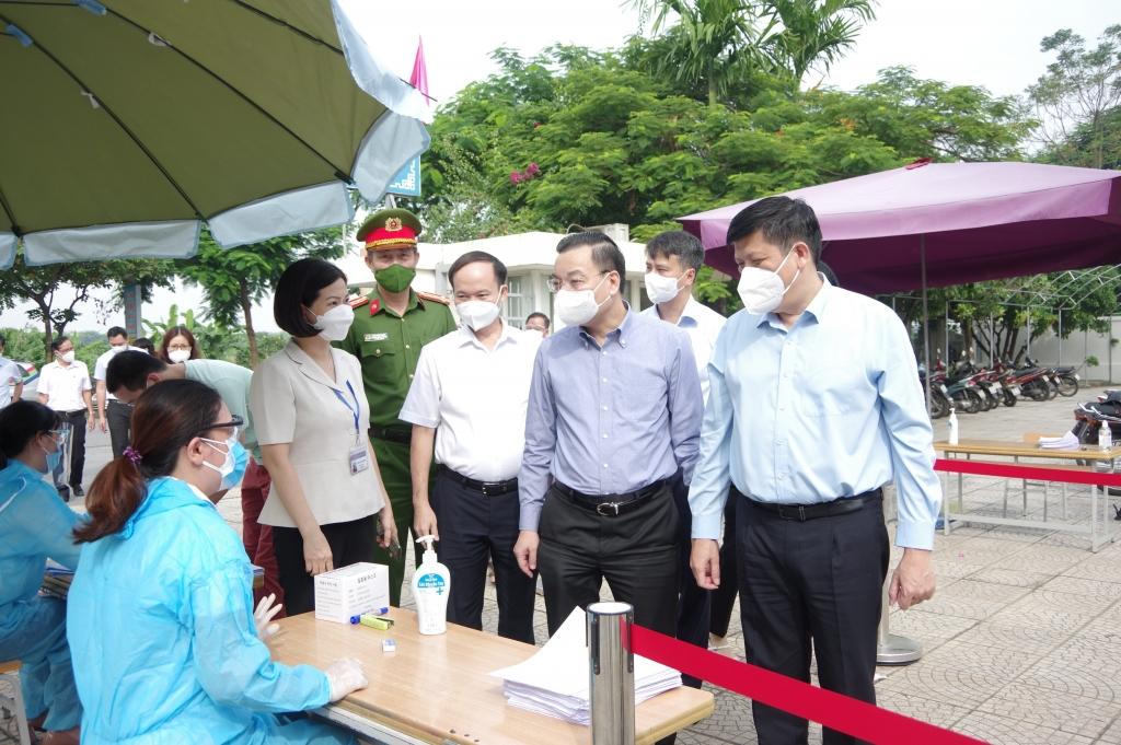 Lãnh đạo Bộ Y tế và TP Hà Nội kiểm tra công tác tiêm chủng tại quận Long Biên