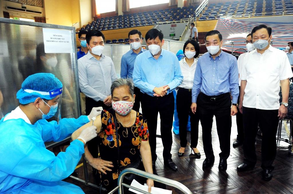 Lãnh đạo Bộ Y tế và TP Hà Nội kiểm tra công tác tổ chức tiêm chủng tại Nhà thi đấu Trịnh Hoài Đức
