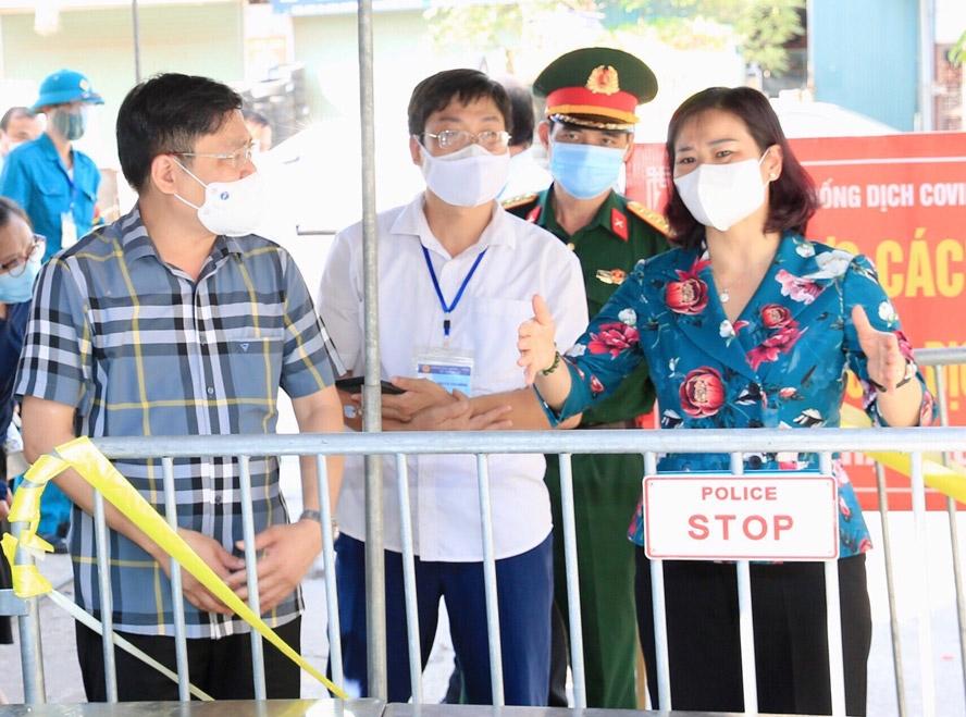 Phó Bí thư Thường trực Thành ủy Hà Nội Nguyễn Thị Tuyến kiểm tra công tác phòng, chống dịch Covid-19 tại khu cách ly y tế tổ dân phố số 2, xã Thanh Liệt