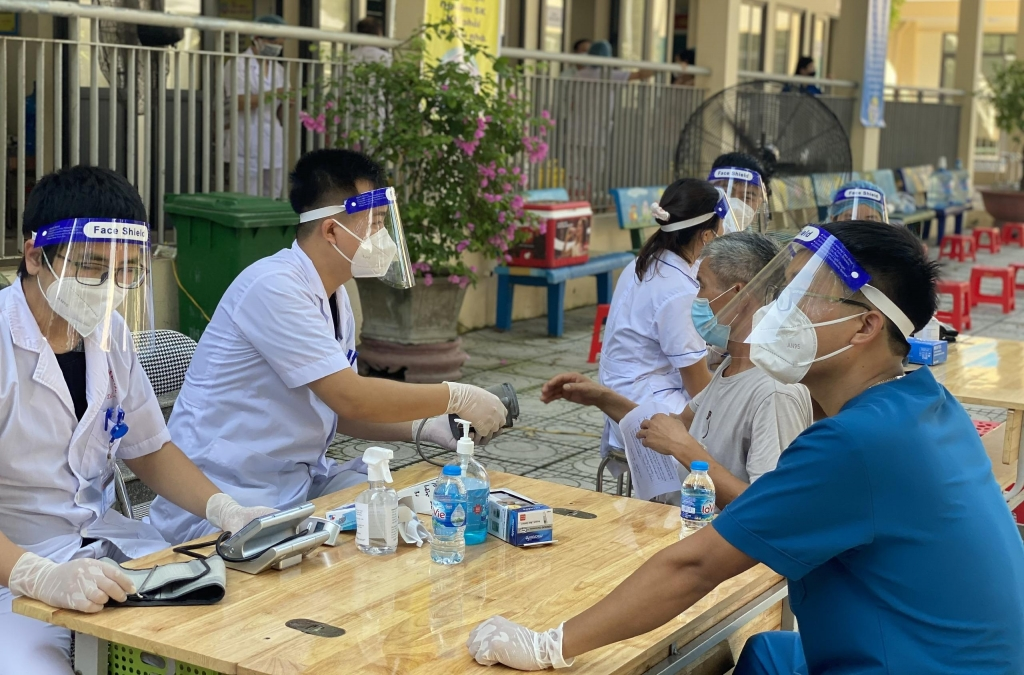 Đoàn viên, thanh niên huyện Gia Lâm hỗ trợ tuyến đầu tiêm vắc xin phòng Covid-19