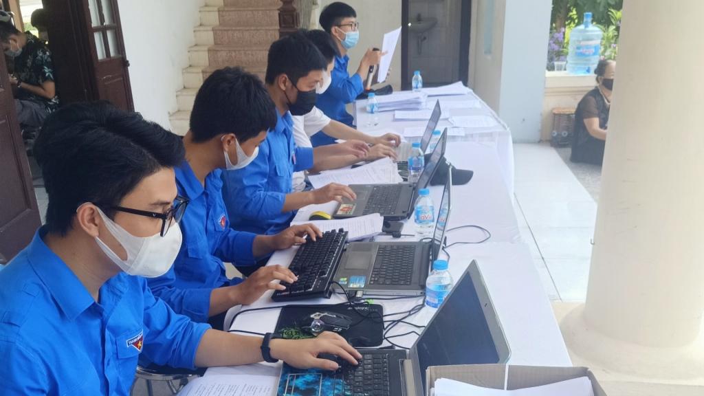 Thành viên đội nhập liệu của thị trấn Quang Minh miệt mài với công việc