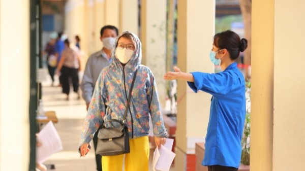 Bạn trẻ Hoàng Mai hướng dẫn người dân đến tiêm vắc xin