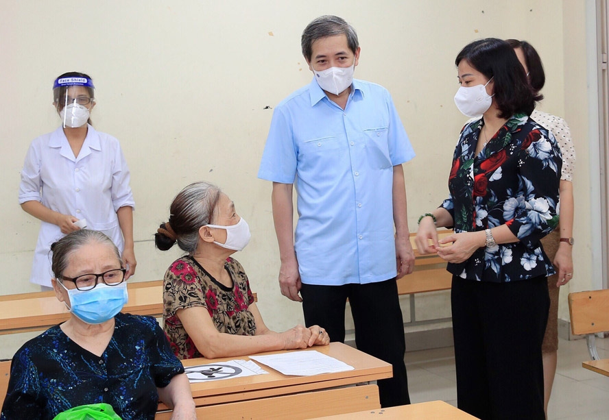 Phó Bí thư Thường trực Thành ủy Hà Nội Nguyễn Thị Tuyến thăm hỏi người cao tuổi chuẩn bị tiêm vắc xin phòng Covid-19 tại quận Ba Đình