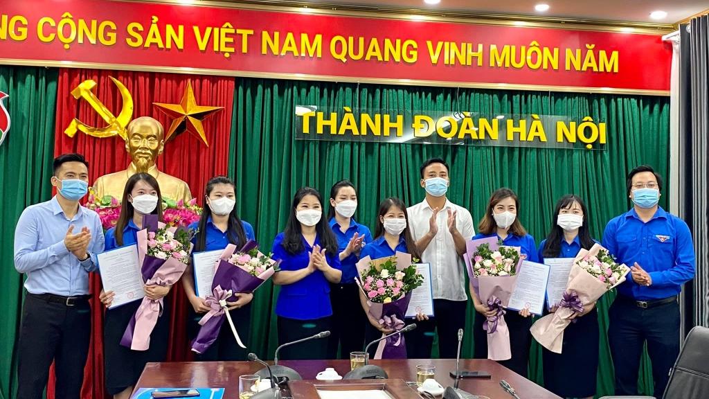Thường trực Thành đoàn Hà Nội trao Quyết định và chúc mừng các đồng chí được bổ nhiệm chức vụ Phó ban