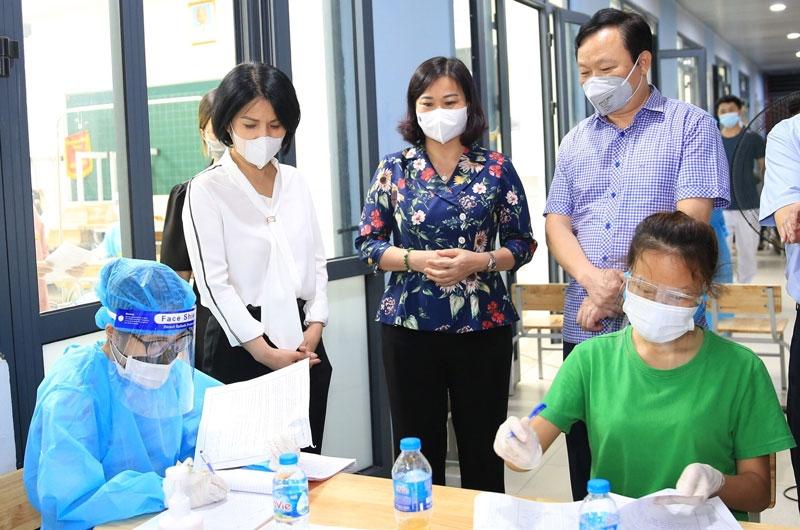 Phó Bí thư Thường trực Thành ủy Hà Nội Nguyễn Thị Tuyến kiểm tra công tác tiêm vắc xin phòng Covid-19 tại Trường Tiểu học Láng Thượng (quận Đống Đa)