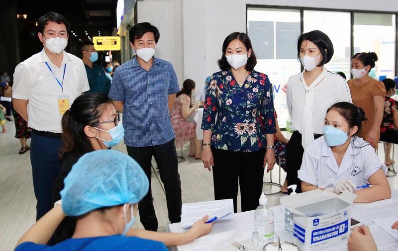 Phó Bí thư Thường trực Thành ủy Hà Nội Nguyễn Thị Tuyến kiểm tra công tác tiêm vắc xin phòng Covid-19 tại chung cư Thăng Long Victory (huyện Hoài Đức)