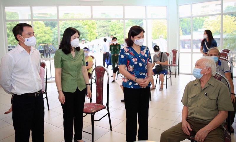 Phó Bí thư Thường trực Thành ủy Nguyễn Thị Tuyến thăm hỏi người cao tuổi chuẩn bị tiêm vắc xin phòng Covid-19 tại Nhà văn hóa phường Dịch Vọng Hậu