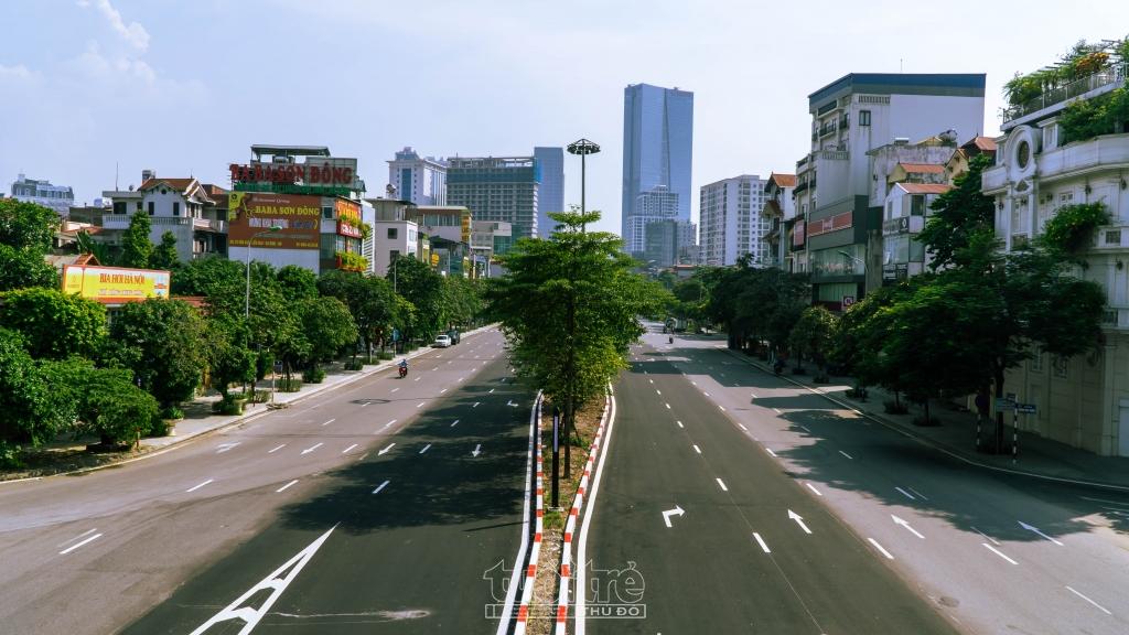 Dự án mở rộng tuyến đường Liễu Giai - Văn Cao bắt đầu được thi công vào đầu tháng 7/2021. Đến nay, phần mặt đường mở rộng thêm 4 làn xe cơ bản đã hoàn thành