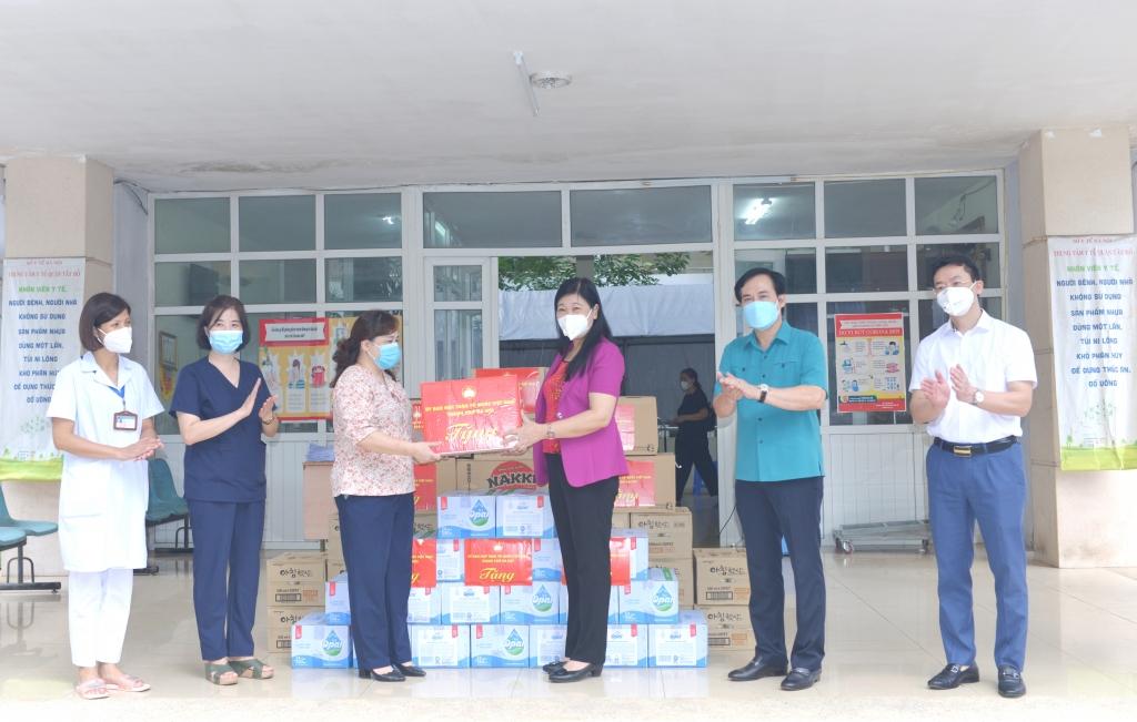 Chủ tịch Ủy ban MTTQ Việt Nam TP Nguyễn Lan Hương tặng quà động viên cán bộ, y bác sĩ Trung tâm Y tế quận Tây Hồ