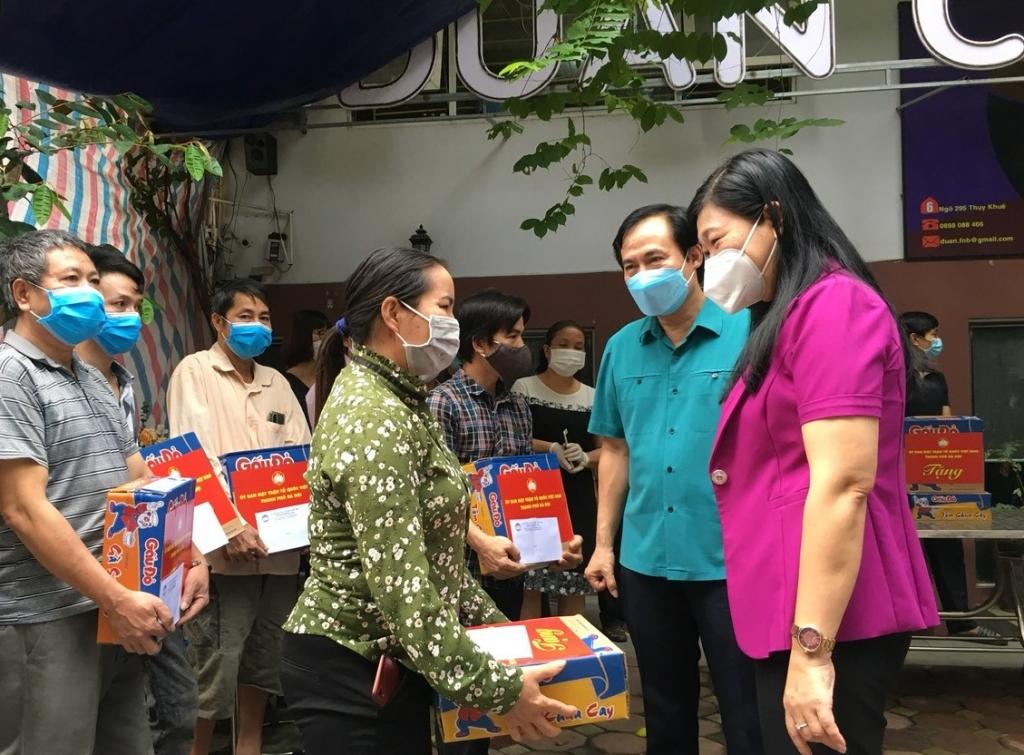 Chủ tịch Ủy ban MTTQ Việt Nam TP Hà Nội Nguyễn Lan Hương trò chuyện với người lao động ngoại tỉnh bị mất việc làm do dịch Covid-19