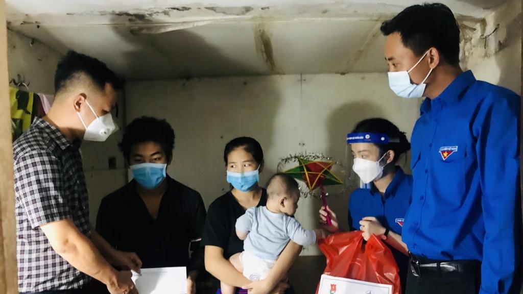 Đồng chí Nguyễn Đức Tiến, Phó Bí thư Thường trực Thành đoàn, Chủ tịch Hội LHTN thành phố Hà Nội cùng nhà hảo tâm tặng tiền hỗ trợ tới gia đình anh