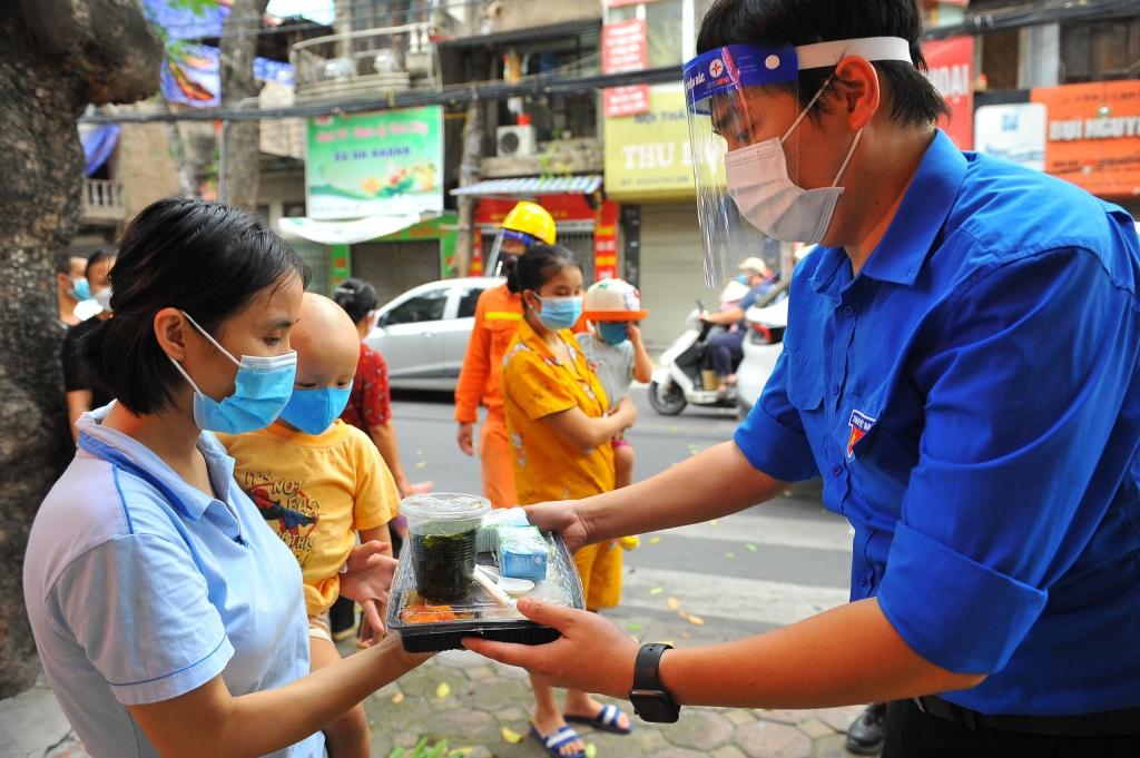 Hà Nội: Cơm nghĩa tình và bánh Trung thu tặng bệnh nhi trong mùa dịch