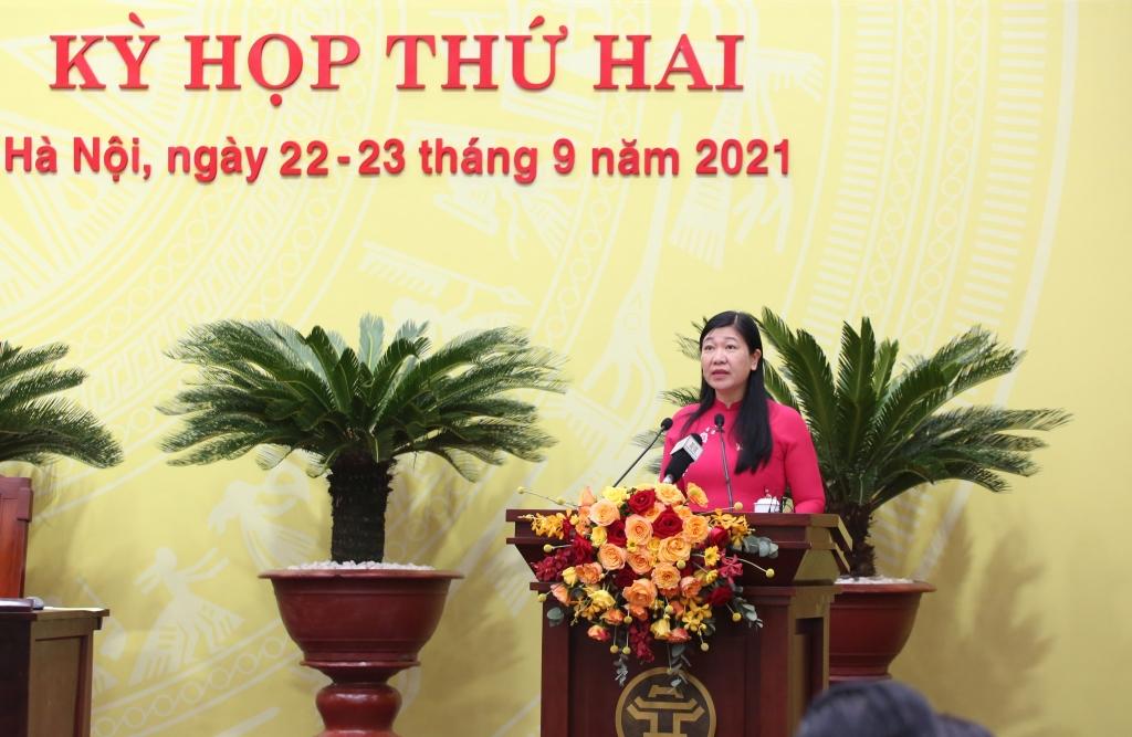 Chủ tịch Ủy ban MTTQ Việt Nam TP Hà Nội Nguyễn Lan Hương báo cáo tại kỳ họp