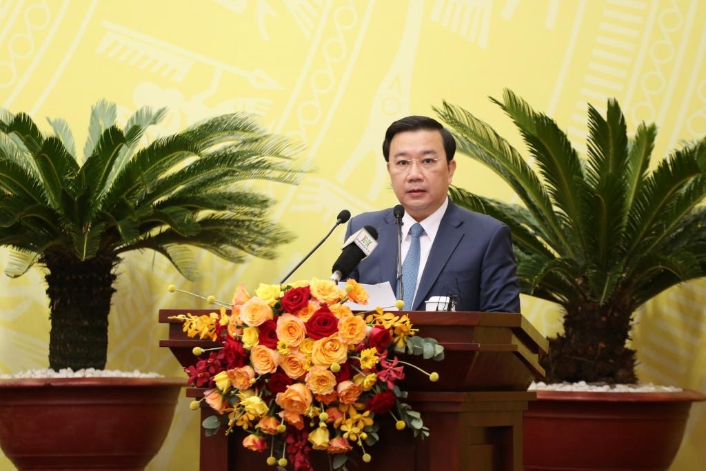 Phó Chủ tịch UBND TP Chử Xuân Dũng báo cáo tại kỳ họp