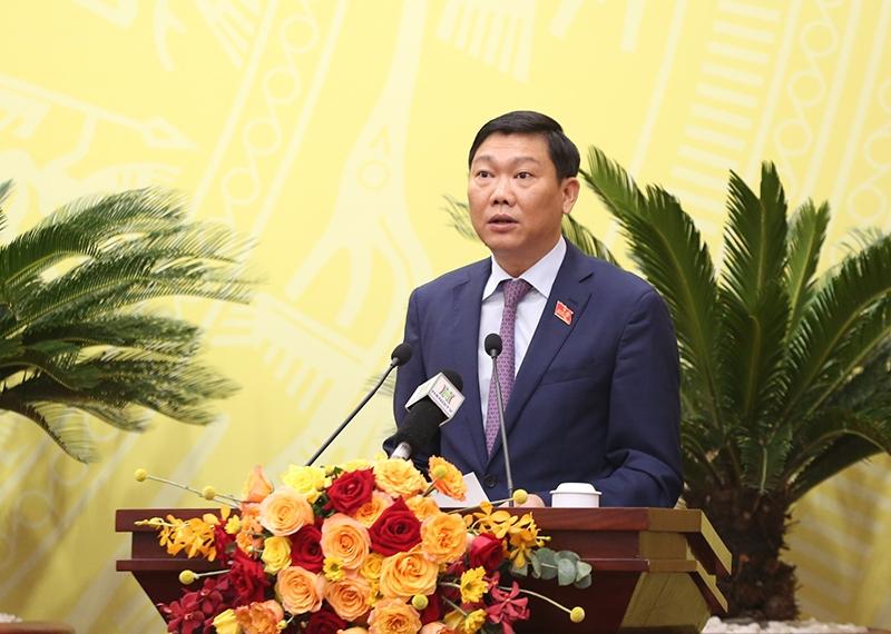 Giám đốc Sở KH&ĐT Đỗ Anh Tuấn trình bày Tờ trình Kế hoạch phát triển kinh tế - xã hội 5 năm 2021 - 2025 của TP Hà Nội