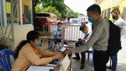 Người dân tuân thủ giãn cách khi đăng ký mới phương tiện