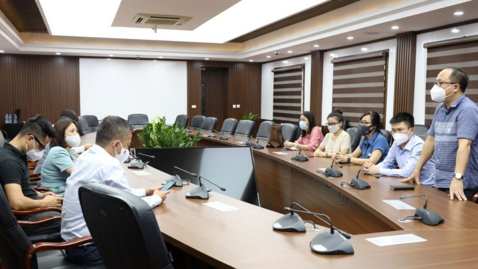 Báo Tuổi trẻ Thủ đô trao tặng 5 máy thở tới Bệnh viện dã chiến quận Hoàng Mai