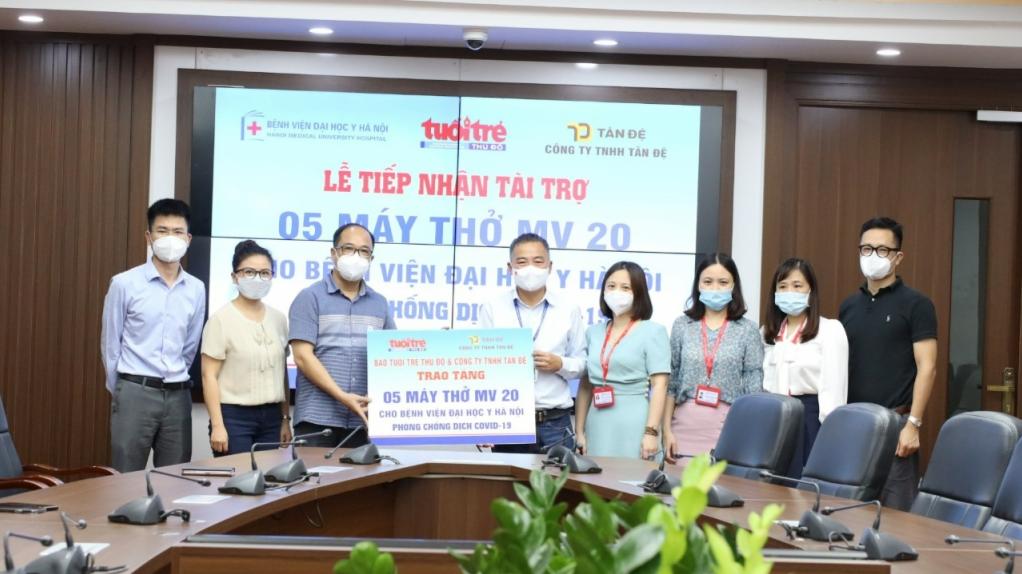 Báo Tuổi trẻ Thủ đô trao tặng 5 máy thở tới Bệnh viện Đại học Y Hà Nội