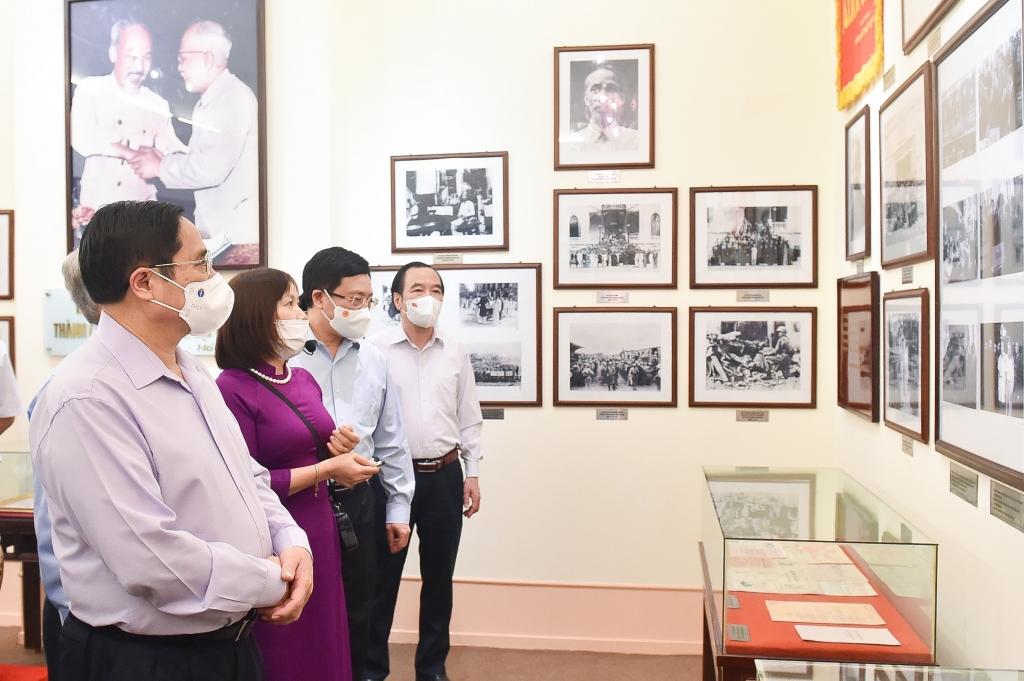 Thủ tướng Chính phủ Phạm Minh Chính và các đại biểu tham quan Bảo tàng MTTQ Việt Nam - Ảnh: VGP/Nhật Bắc