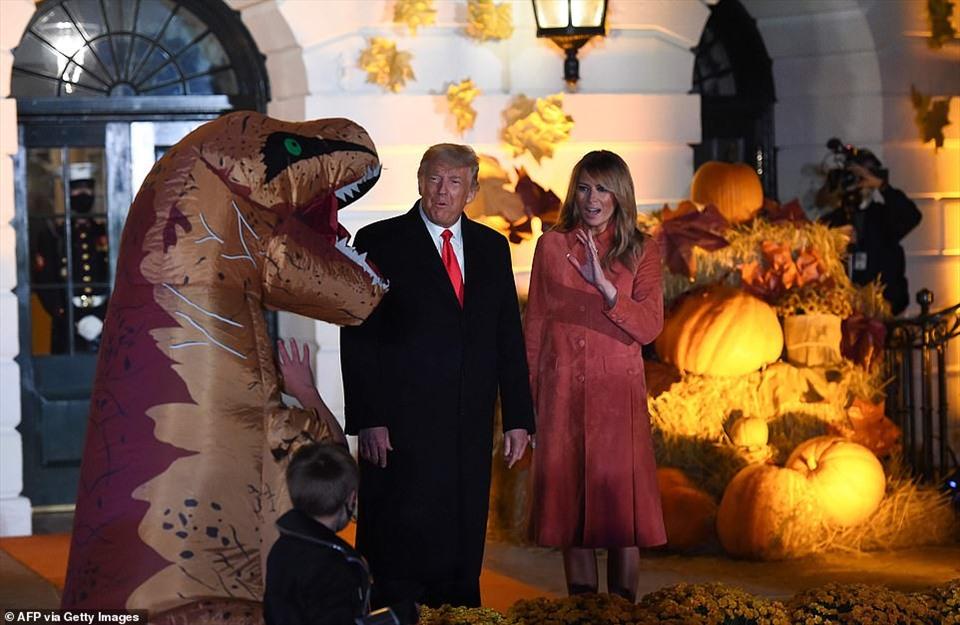 Đệ nhất phu nhân Melania Trump dường như hơi giật mình khi nhìn thấy một con khủng long bạo chúa khổng lồ. Ảnh: