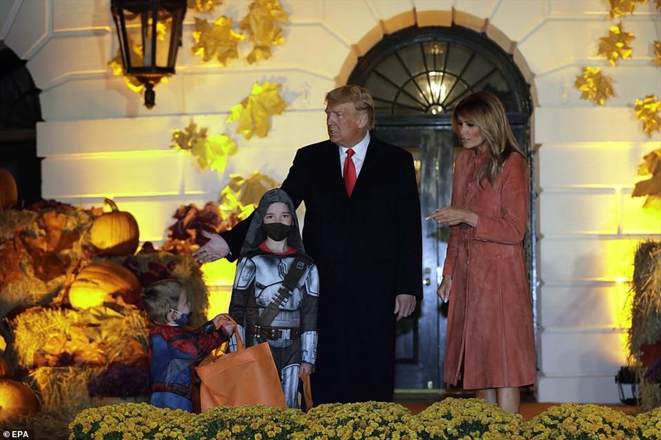 Tổng thống Donald Trump và bà Melania Trump đã bỏ qua việc đưa kẹo tại lễ kỷ niệm Halloween năm nay tại Nhà Trắng. Thay vào đó, vợ chồng tổng thống Mỹ vẫy tay chào những vị khách nhí dự một sự kiện quy mô nhỏ do đại dịch COVID-19.